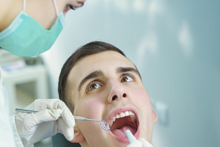 Es recomendable visitar periódicamente al dentista para una buena salud bucodental