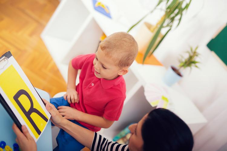 El logopeda puede hacer que tu hijo solucione sus problemas al hablar