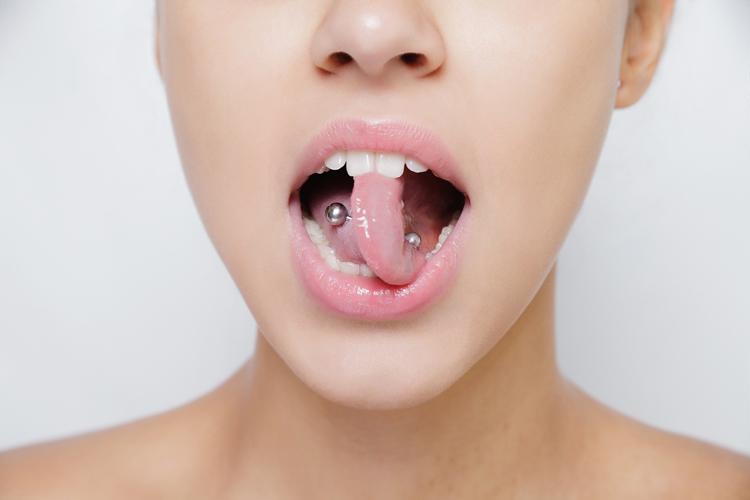 Cómo tener una buena salud bucodental llevando piercings