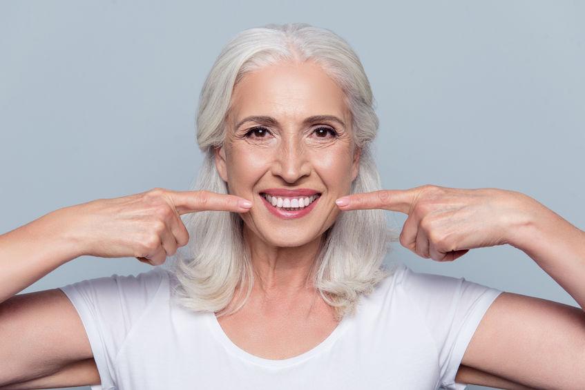 A menudo, cuando vamos a ponernos un implante dental nos encontramos con rangos de precio diferentes: clínicas con ofertas especiales, otras de precios muy altos, etc