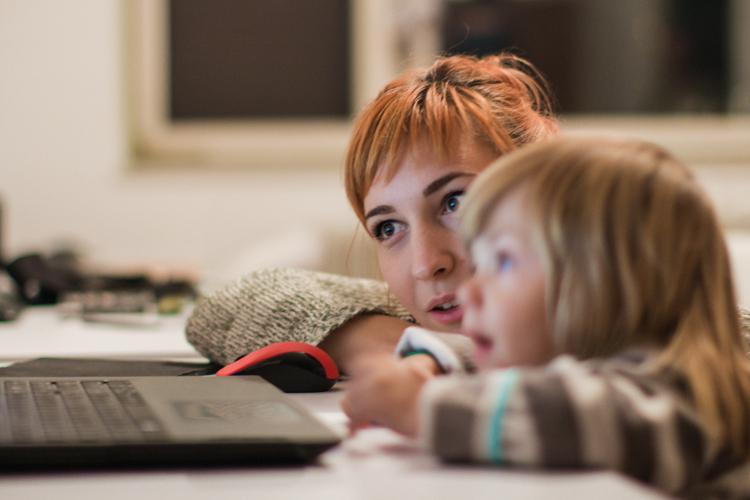 Aunque está muy tranquilo, tener al niño delante de una pantalla tiene riesgos