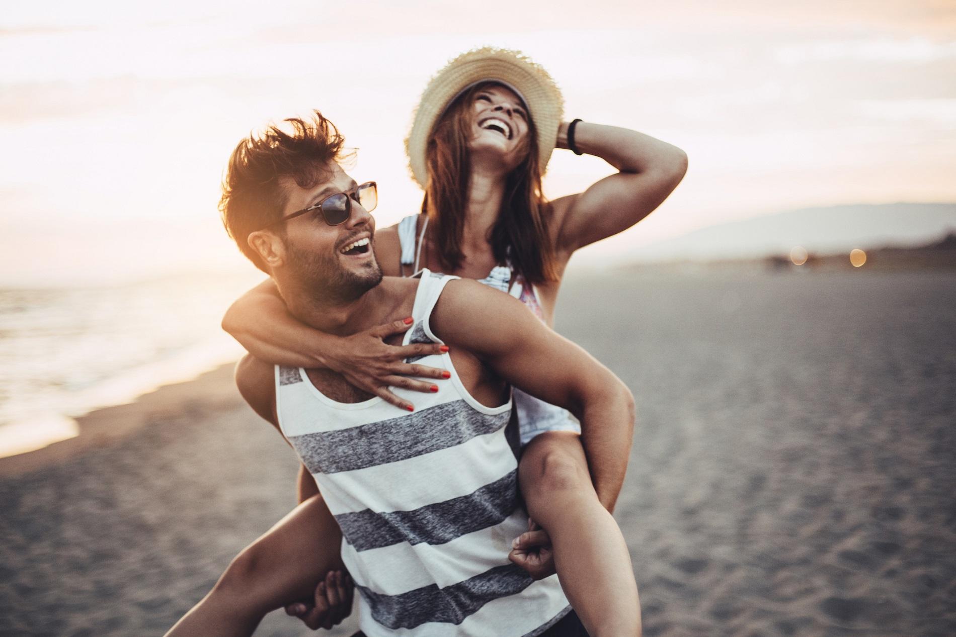 Pareja sonriendo en la playa