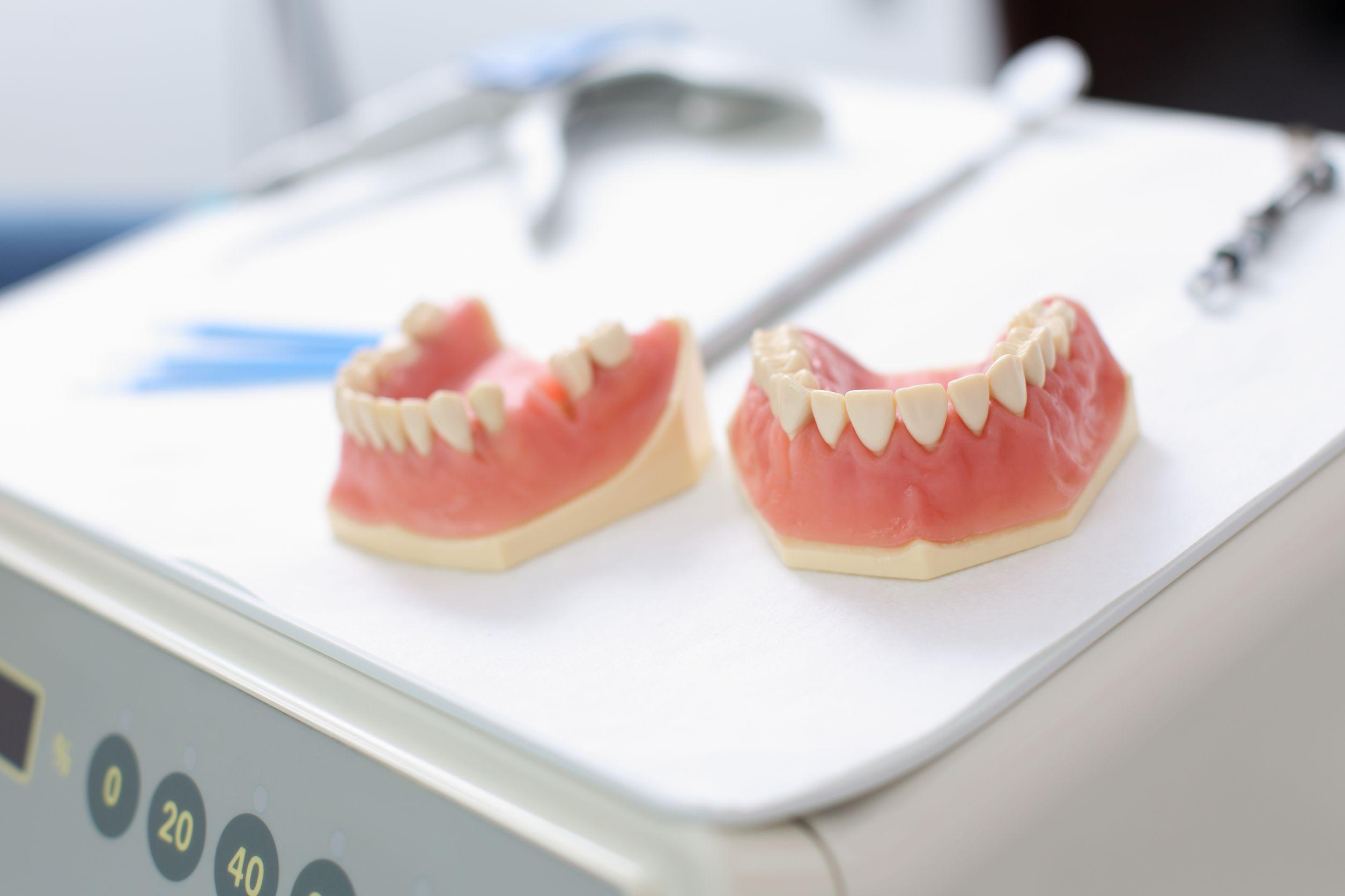 cuanto sale un implante dental en uruguay